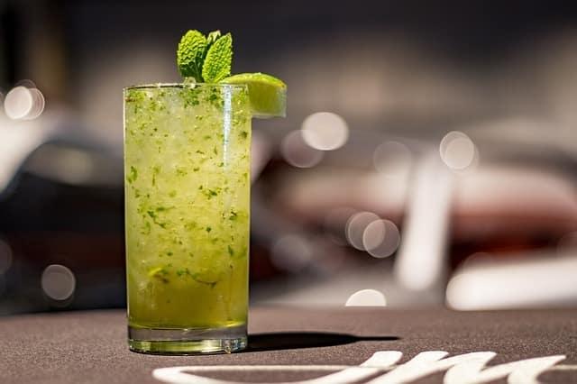 6 Accords Étonnants Entre Thé et Alcool (mode d'emploi)