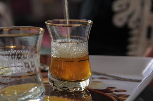 Comment préparer un thé marocain authentique ?