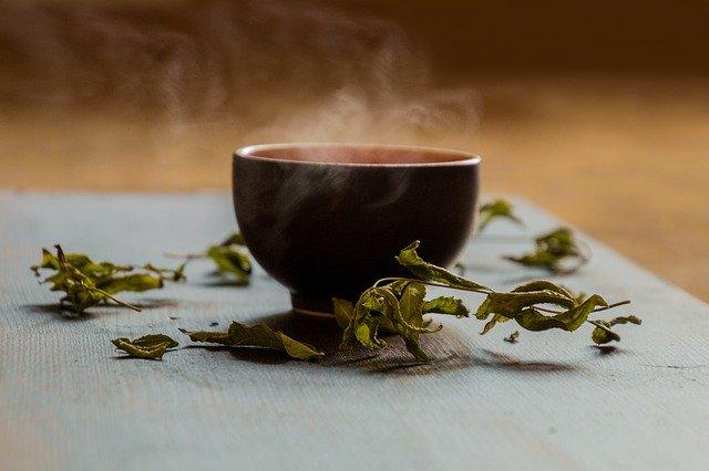 un bol de thé decaféiné