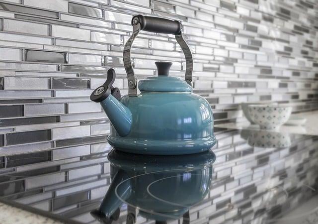 Ebullition de l'eau avec le bouilloire bouill