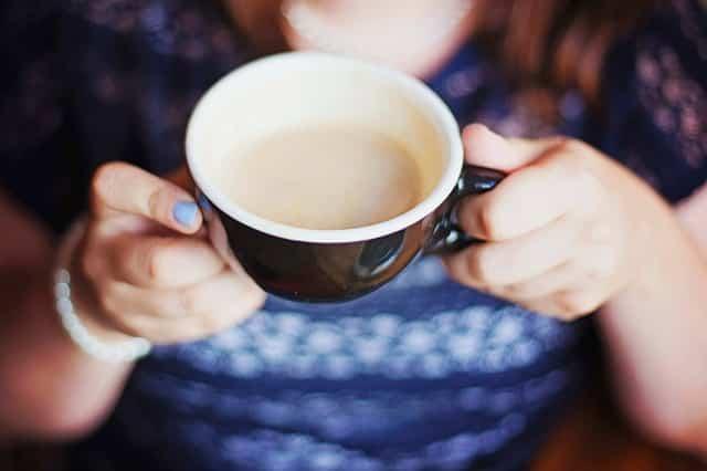 une tasse de thé préparée avec du lait en poudre