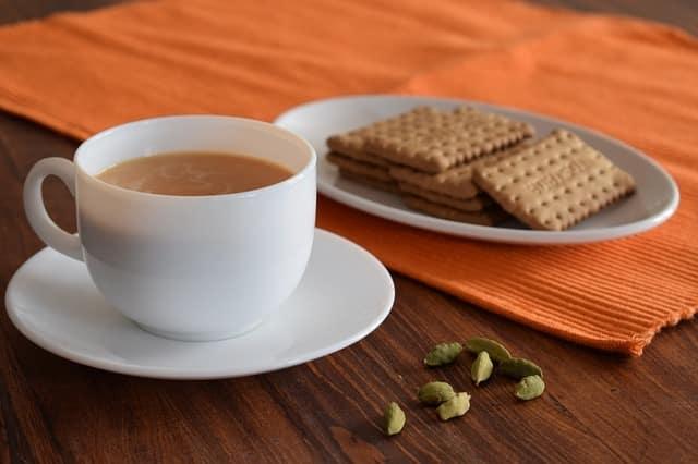 le thé à la cardamome préparé avec du lait en poudre