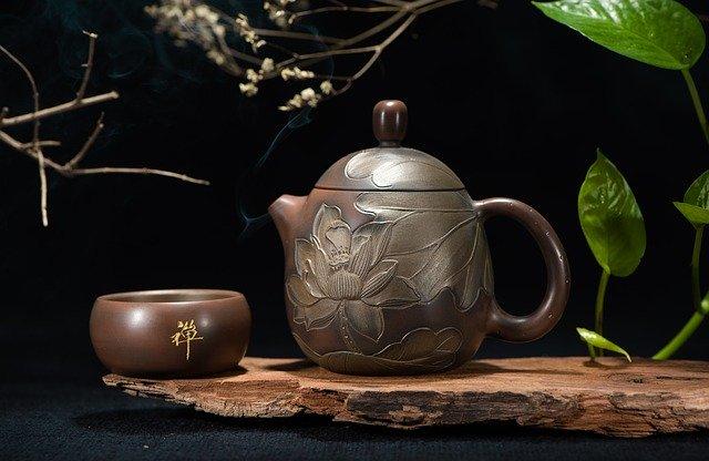 Comment faire du thé dans une théière correctement (pas à pas)