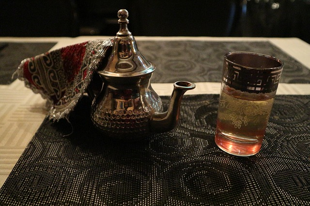 Quelle est l'Histoire Traditionnelle de la Théière Marocaine ?